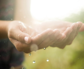 manos-con-lluvia